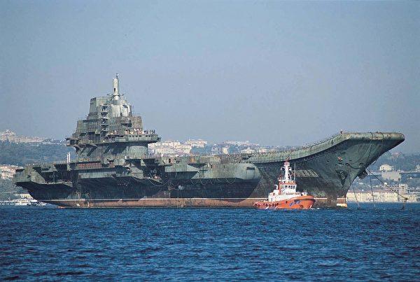2001年,瓦良格號通過博斯普魯斯海峽。(公有領域)