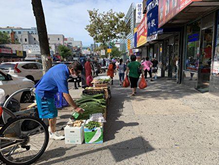 小贩摆摊摆到三福大道的路口。
