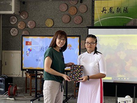 市府教育處李佳曄科長表揚葉佳怡同學。
