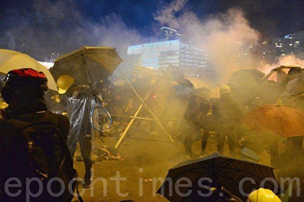 2019年11月17日,香港抗爭者在尖東橋遭到防暴警察兩面射擊催淚彈。(宋碧龍/大紀元)