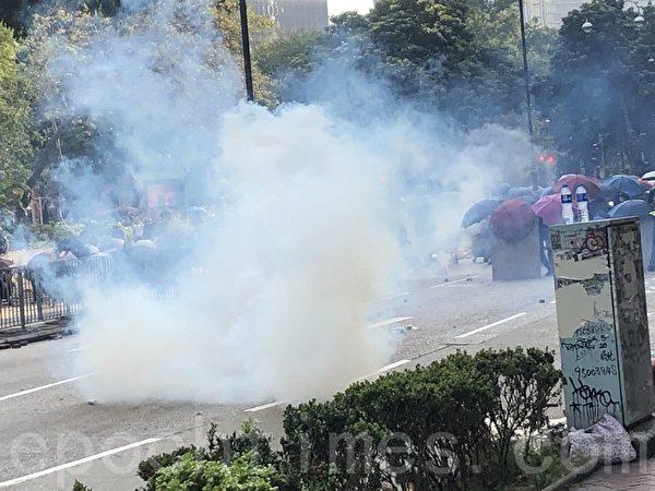 2019年11月18日,尖沙咀漆鹹道南,警方狂發催淚彈。(余天祐/大紀元)