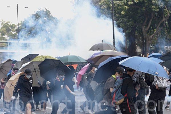 2019年11月18日,尖沙咀漆鹹道南漫天催淚彈,空氣中盡是二噁英。抗爭者團結一致建立防線。(余天祐/大紀元)