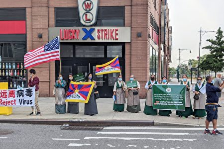 纽约藏人社团9月25日在中共领事馆旁进行抗议,呼吁中共停止在藏人间从事间谍行为,停止搜集各式信息。
