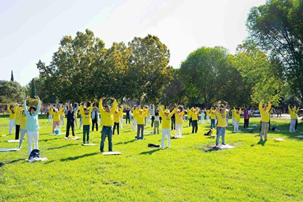 2020年9月26日,矽谷聖荷西法輪功學員,恭祝李洪志師父中秋節快樂,圖為學員們集體煉功。(周容/大紀元)