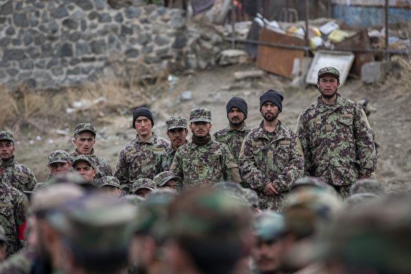 2020年3月5日,阿富汗國民軍在阿國防長阿薩杜拉‧哈立德視察時,全體起立迎接。(U.S. Army Reserve photo by Spc. Jeffery J. Harris/Released)