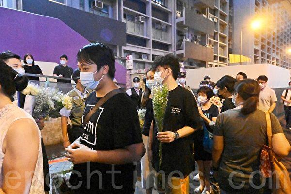 香港市民太子站外獻花紀念8.31