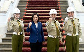 邰智源總統府站哨 蔡英文:今天的憲兵胖了點