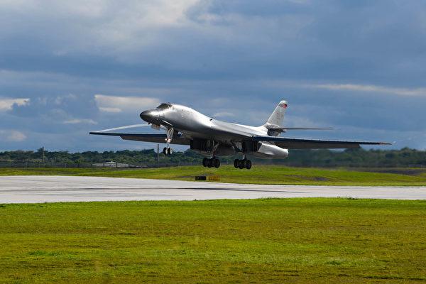 2020年9月10日,從美國本土出發的B-1B轟炸機在關島安德森空軍基地降落。(Staff Sgt. Nicolas Z. Erwin/美國空軍)