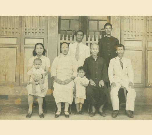 1943年中華民國前總統李登輝前往日本就讀京都帝國大學前全家合照。(總統府提供)