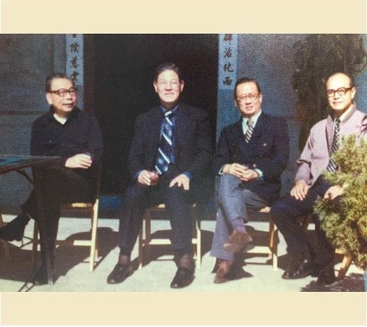 1975年,李登輝負責推動加速農村建設計劃,陪行政院長蔣經國訪問南投。(總統府提供)