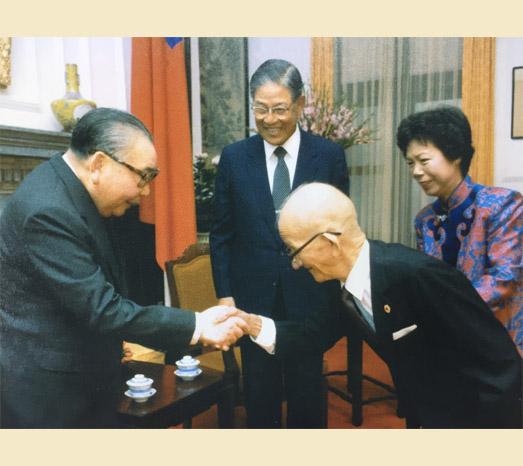 1985年11月5日李登輝獲頒一等卿雲勳章,父親李金龍觀禮,與中華民國總統蔣經國握手。(總統府提供)