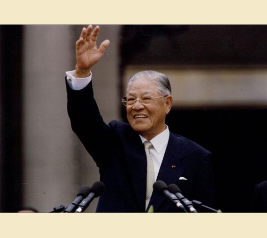 2000年5月20日中華民國前總統李登輝卸任,告別總統府。(總統府提供)