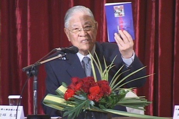 2005年4月21中華民國前總統李登輝在記者會上向在場人士介紹引發退黨大潮的《九評共產黨》一書。(新唐人提供)