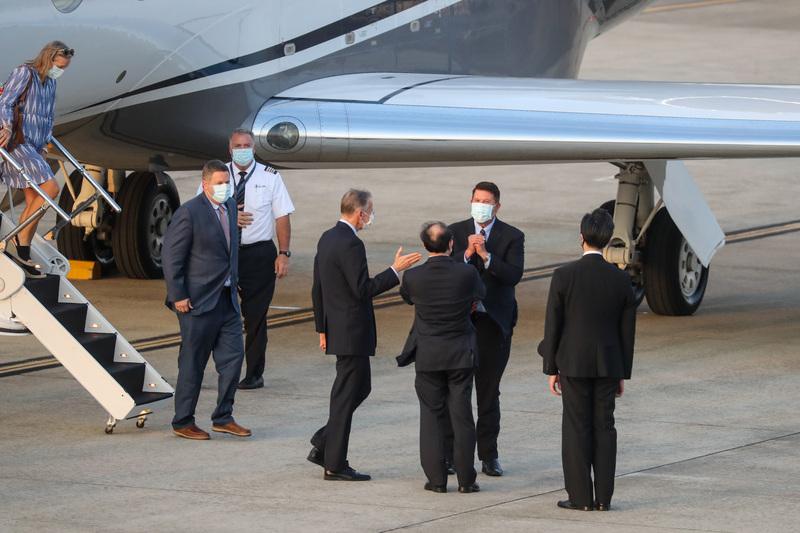美國國務院次卿柯拉奇(Keith Krach)(後右)2020年9月17日搭乘專機來訪,傍晚抵台,美國在台協會(AIT)處長酈英傑(前右3)等人親自接機,柯拉克向眾人拱手致意。(中央社)