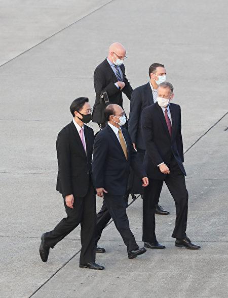 美國國務院次卿克拉克(Keith Krach)9月17日傍晚搭機抵台,美國在台協會(AIT)處長酈英傑(William Brent Christensen)(前右)、外交部政務次長曾厚仁(前中)、外交部北美司長徐佑典(前左)前往接機。(中央社)
