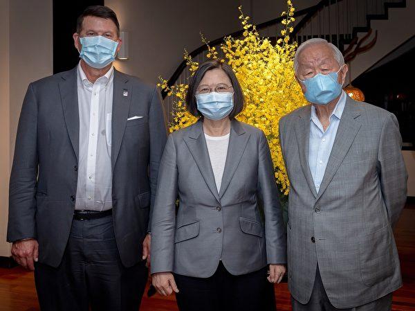 中華民國總統蔡英文2020年9月18日晚間於官邸宴請美國國務院次卿克拉奇(Keith Krach)代表團。圖左起克拉奇、蔡英文、台積電創辦人張忠謀。(總統府提供)