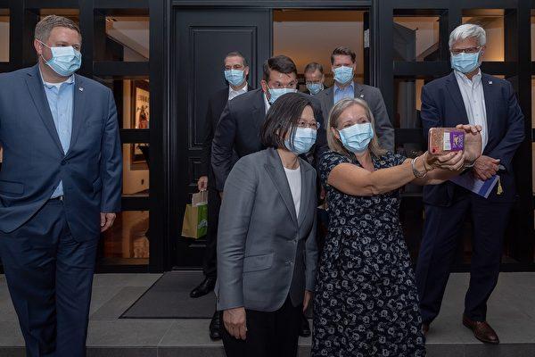 中華民國總統蔡英文2020年9月18日晚間於官邸宴請美國國務院次卿克拉奇(Keith Krach)代表團。(總統府提供)