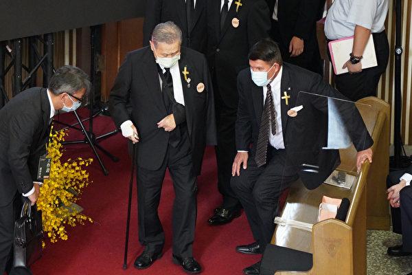 中華民國前總統李登輝追思告別禮拜9月19日在淡水真理大學大禮拜堂舉行,日本前首相森喜朗(中)率弔唁團出席。(中央社)