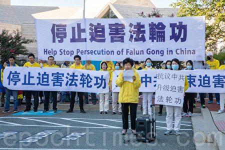 法輪功學員王春榮表示,2020年7月,山東蓬萊農村的幾個民兵私設公堂,將法輪功學員李玲折磨致死,令人震驚和憤怒。(林樂予/大紀元)