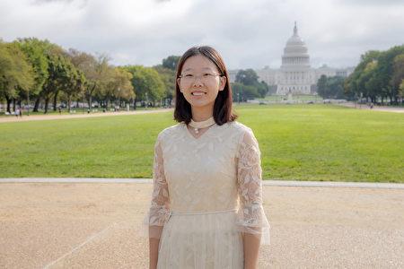 今年27歲的周瑰從懂事起就開始隨家人修煉法輪功,她現在在一家跨國生物科技公司從事會計工作。(林樂予/大紀元)