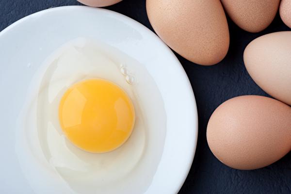 食用生雞蛋或半熟蛋都容易感染沙門氏菌。(Shutterstock)