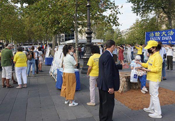 法輪功學員在「共和國廣場」上舉辦真相信息日活動。(明慧網)