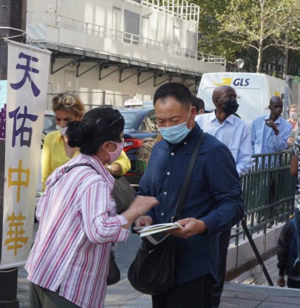 在地鐵口給中國人講真相。(明慧網)