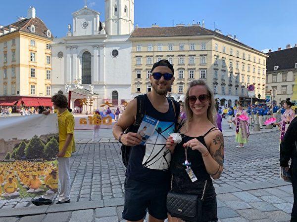 捷克財務經理Jakub Brondashusika與妻子Christine認為法輪大法是美好的精神運動。(安然/大紀元)