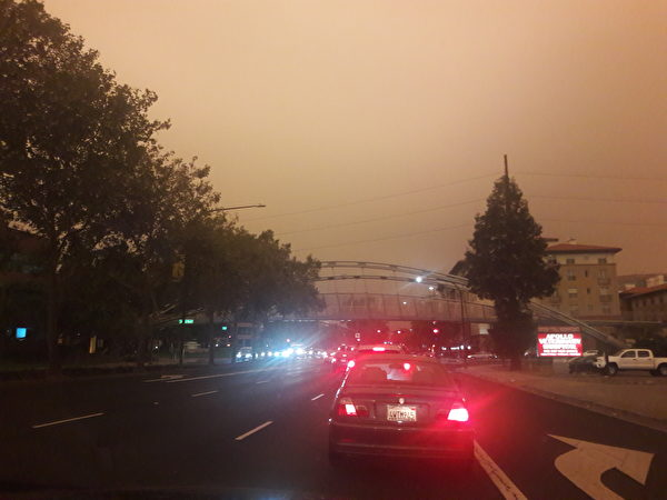 2020年9月9日中午,三藩市灣區的天空被山火煙塵遮蔽,呈暗紅色,呈現災難片中的末日場景。(大紀元)