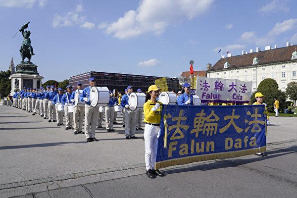 歐洲天國樂團在遊行終點英雄廣場上為遊客表演曲目。(曹工/大紀元)