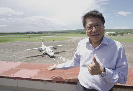 """菲律宾白金航空中型螺旋桨引擎客机,21日上午在恒春机场进行包机""""空机试飞""""。屏东县长潘孟安特地到场见证首架外国包机试飞。"""