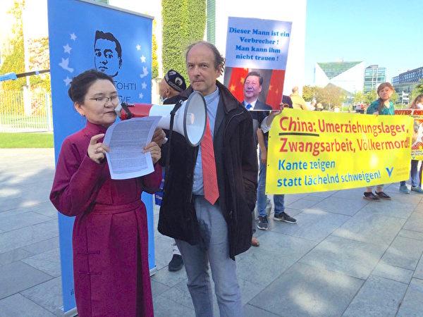 2020年9月14日,德國人權組織「為了被脅迫民族協會」(GfbV)主席德琉斯(Ulrich Delius,右)和蒙古代表(左)在德國總理府前抗議。(大紀元)