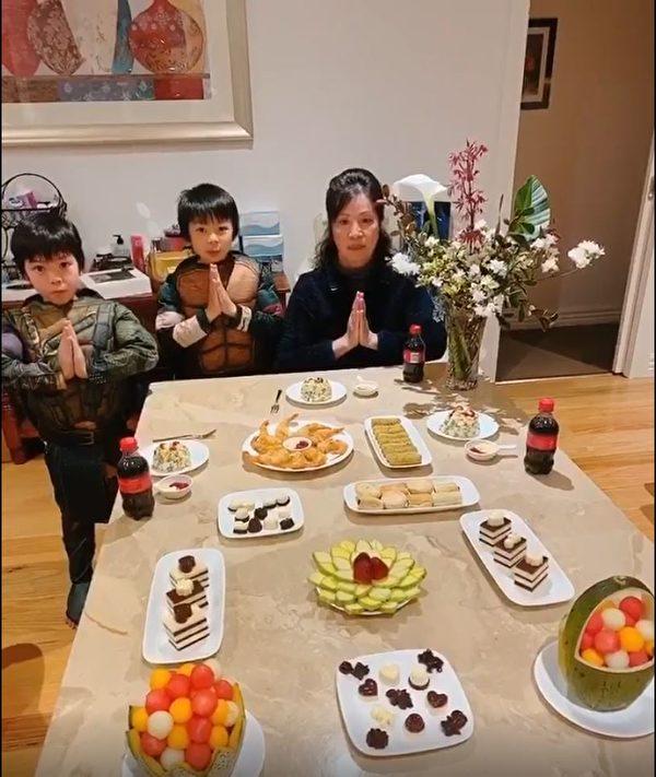 墨爾本越南裔法輪功學員Hien Ngoc(右一)一家祝願李洪志師父中秋快樂。(影片截圖/本人提供)