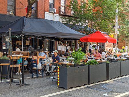 圖為紐約市民在曼哈頓的蘇活區餐館外用餐。
