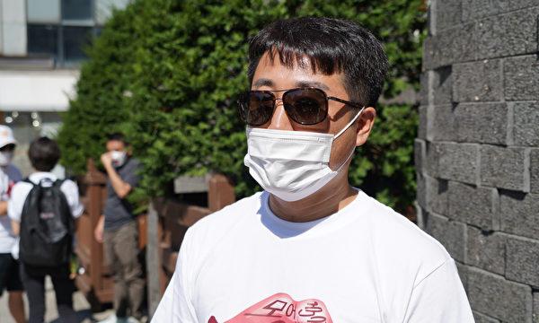 「中國朝鮮族臨時連帶」代表馬修接受採訪。(Lee Sihyeong/大紀元)