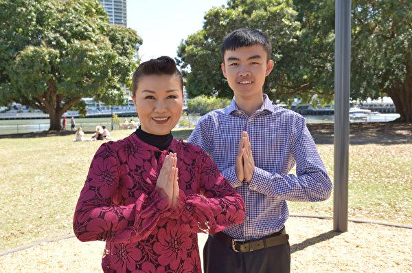 華裔澳洲法輪功學員朗和兒子詹姆斯祝法輪功創始人李洪志先生中秋節快樂,同時祝願法輪大法的佛光普照所有華人。(大紀元/Jenny Lai)