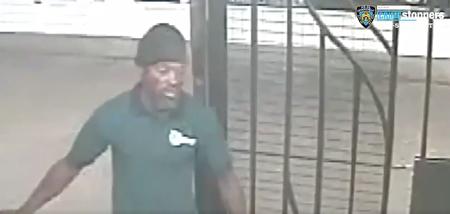 纽约警察局发出通缉令,要求捉拿图中袭击MTA员工的人。