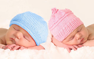 美国产妇不知怀双胞胎 二宝出生时表情亮了