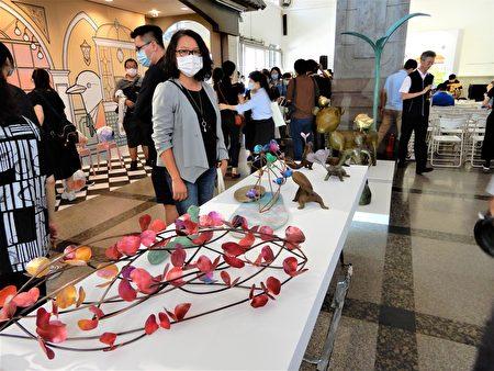 """Trend艺术""展出朝阳科大教授萧明瑜的金工艺术作品。"