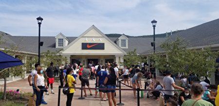 NIKE商店門外的隊伍環繞好幾圈。