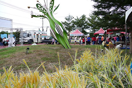红龙果嘉年华会中,除了进行优质红龙果评鉴及其他活动竞赛颁奖,也安排了精彩的DIY,米食、红龙果品尝及摸彩活动。
