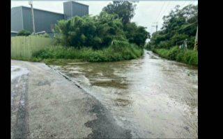 楊梅區榮平路晴天仍積水 晴天穿雨衣避水花