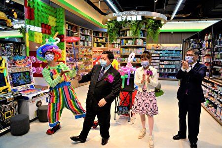 新开幕的爱买水湳店,各楼层分别设有亲子阅读区、儿童游戏区、孩童卖场手推车,远东集团徐旭东董事长亲自到卖场体验。