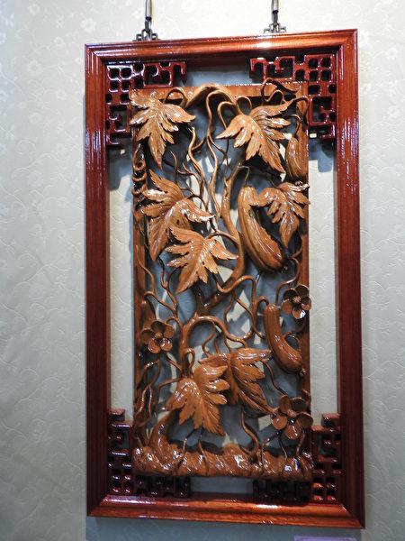 """在高明寺所举办的""""高基培老师木雕个展""""中,展出《丝瓜绵绵》,栩栩如生。"""
