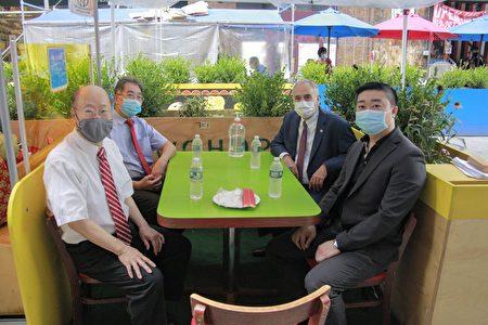紐約州主計長迪納波利(右二)和紐約中華公所主席於金山(左一)等僑領在華埠新和合飯店外用餐。