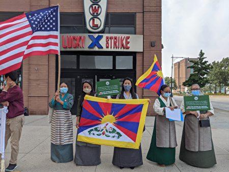 纽约藏人社团9月25日在中共领事馆旁进行抗议。