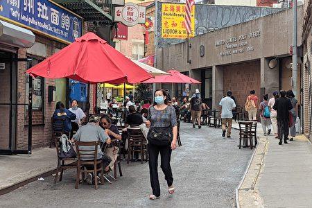 圖為華人在曼哈頓華埠的餐館外用餐。
