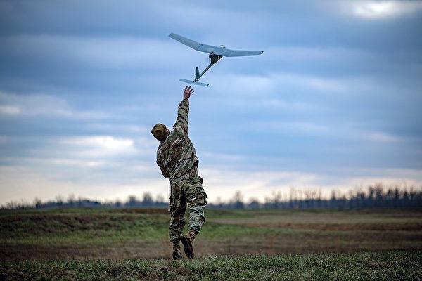 2018年1月25日,美軍第101空降師的一個戰鬥小組,在肯塔基州坎貝爾堡的實彈演習中發射了RQ-11掠奪者(Raven)無人機。(Capt. Justin Wright/美國陸軍)