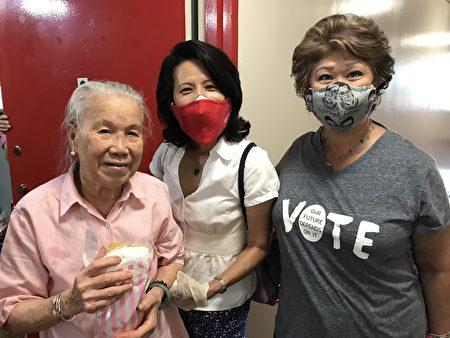 圖為(右起)司徒仲菁、劉林劍虹與領取中秋禮品的耆老合照。