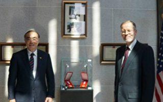 美在台协会举办纪念勋章揭幕式 纪念殉职官兵